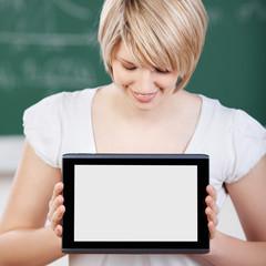studentin zeigt tablet-computer