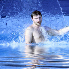 Wasser strömt auf den Körper