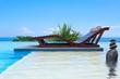 piscine à débordement zen et lit de soleil double