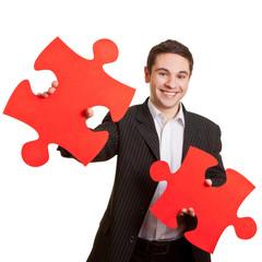 Mann mit zwei Puzzleteilen