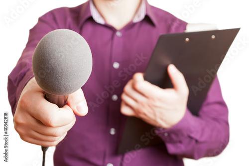 Mann mit Klemmbrett und Mikrofon