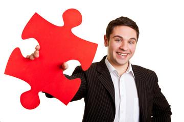 Geschäftsmann hält Puzzleteil