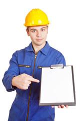 Handwerker zeigt auf Klemmbrett
