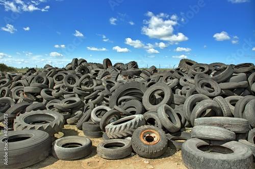 Leinwanddruck Bild Décharge de pneus usagés