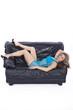 Sexy Frau auf Couch liegend
