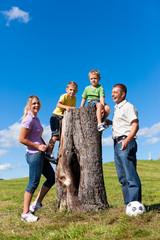 Familie auf Exkursion im Sommer