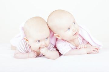 eineiige Zwillingsschwestern beim Krabbeln lernen