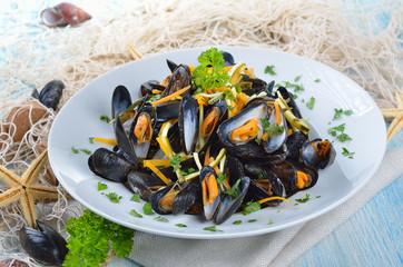 Frische Muscheln mit Limettensoße und Gemüsestreifen