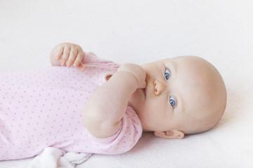 Baby beim Daumennuckeln lernen