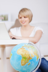 frau bucht eine reise am laptop