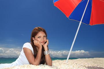 水納島のビーチで寛ぐ女性