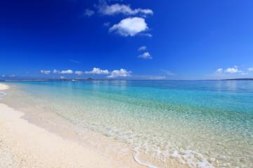 水納島の真っ白いビーチを紺碧の空