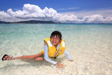 海水浴を楽しむ少女