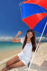 南国の海辺で寛ぐ笑顔の女性