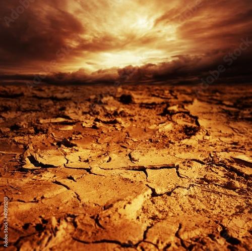 Burzliwe niebo nad pustynią.