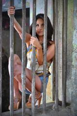 donna dietro le sbarre