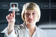 Frau am virtuellen Bildschirm