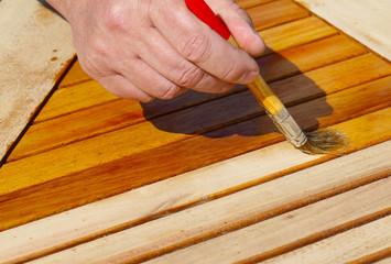Holztisch mit Halböl pinseln