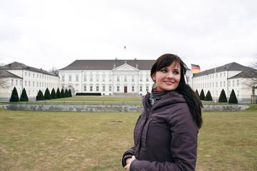 Frau vor dem berliner Schloss Bellevue