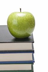 Manzana sobre una pila de libros.