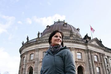 Frau vor einem berliner Museum