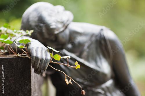 Foto op Plexiglas Begraafplaats träumende Frauenskulptur mit Rose in der Hand