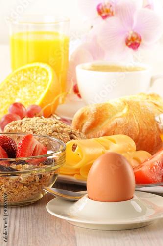 snídaně s kávou, rohlíky, vejce, pomerančový džus a müsli
