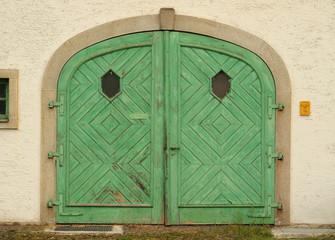 Grünes Eingangstor aus Holz