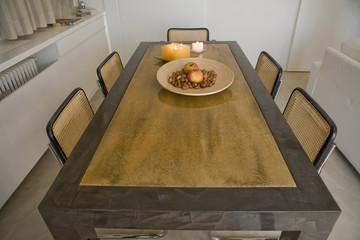 tavolo con sedie e sopramobile