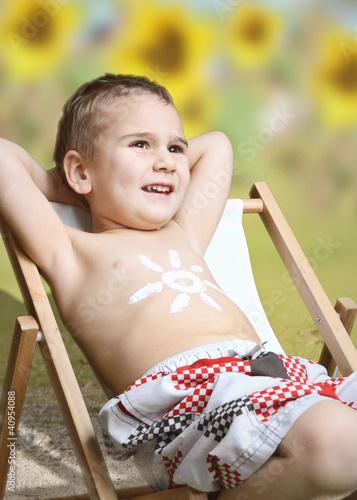 Junge im Sonnenstuhl