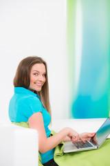 glückliche junge frau am laptop