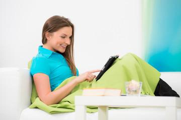 junge frau schaut auf ihr touchpad