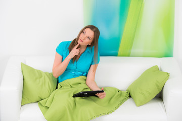 überlegende junge frau mit touchpad