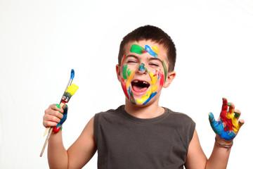 bambino gioca con i colori