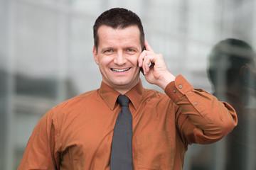 attraktiver mann telefoniert mobil