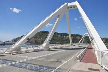 Klappbrücke über die Hafeneinfahrt in Barcelona