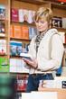Leinwanddruck Bild - Frau in Buchhandlung