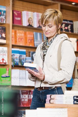 Leinwanddruck Bild Frau in Buchhandlung