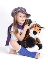 Kind mit gebrochenem Bein