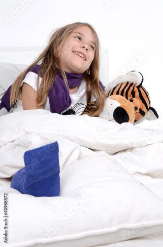 Mädchen mit Gipsfuß im Bett