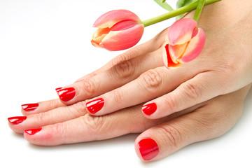 mano di donna con smalto rosso e tulipani