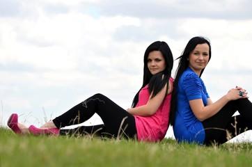 Deux amis, les filles parlent en dehors dans le parc