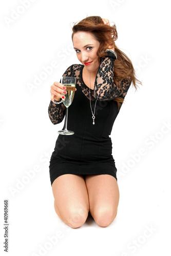 schüchterne Frau trinkt Sekt
