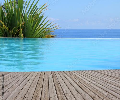 piscine à débordement, margelle bois