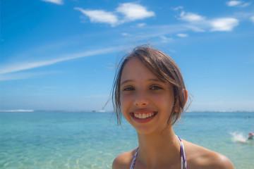 jeune fille devant la mer