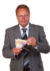 Mann im Anzug zählt Geld