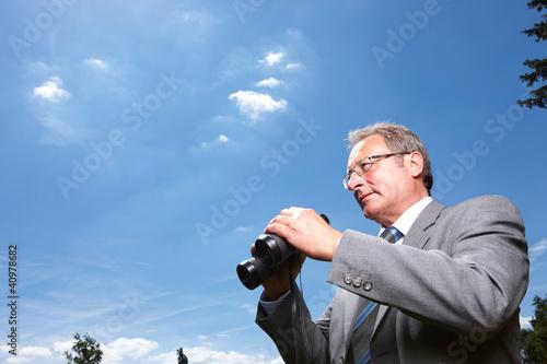 Mann mit Fernglas hält Ausschau
