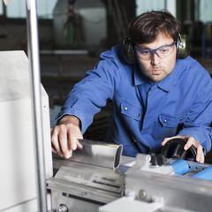 Metallarbeiter bearbeitet Aluminium in Fabrik