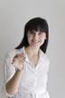 Junge Frau gibt einen Schlüssel (zum Erfolg, Beruf, usw.)