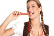 Frau beißt in eine Salami